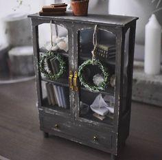 WEBSTA @ slallaheikkila - #miniature #dollhouse #dollhouseminiatures #handmade #furniture #miniaturefurniture #nukkekoti Tein tämän viikonloppuna. Ihan ok joo mutta jotakin puuttuu ja en tiiä oikein että mitä. Tämä mennee nyt vähäksi aikaa johonkin pois silmistä odottelemaan että josko sille paikka joskus löytyy..