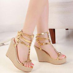 hot sale online fee2a 12825 Chaussures à talons compensés, boucles et rivets, couleur or. Strappy  Wedges, Wedge