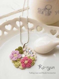 お花のクッキーネックレス 花芯のあるちょっと変わった作り方のタティングフラワーモチーフです。
