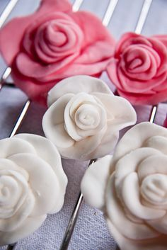 tutorial on how to make fondant roses...now if i could just find an easy recipe for homemade fondant that tastes good too...