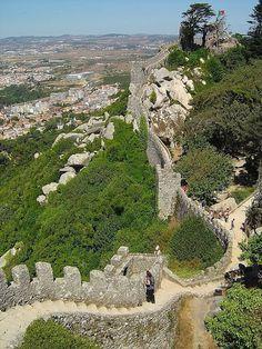Castelo dos Mouros - Sintra - Distrito de Lisboa. O Castelo de Sintra, popularmente conhecido como Castelo dos Mouros, localiza-se na vila de Sintra, freguesia de São Pedro de Penaferrim, concelho de Sintra, no distrito de Lisboa, em Portugal.