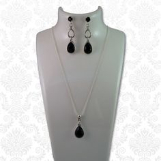 Ketting Swarovski druppel zwart  Chique zilveren ketting (SPL) met een Swarovski elements druppel. Deze ketting past mooi bij de Swarovski druppel oorbellen.  Deze ketting is eventueel op verzoek ook in andere kleuren verkrijgbaar (zie kleuren Swarovski druppel oorbellen).