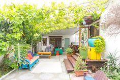 360 House Tour: Walk Around in a Sunny Venice Beach Cottage — Video from Apartment Therapy