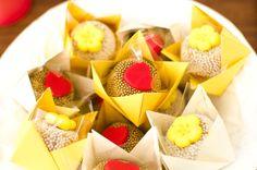Um noivado lindo e cheio de detalhes em origami realizado no Rio de Janeiro. A Rafa é decoradora de eventos e preparou o noivado em 2 semanas juntamente com o seu noivo. O mais legal é que o noivado era no mesmo dia do aniversário dela, então muitos convidados só perceberam que era um noivado …