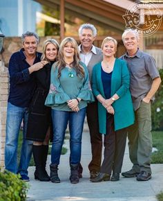 The Brady Bunch Cast Will Pair Up with Your Favorite HGTV Stars to Renovate their Iconic TV Home The Brady Bunch cast didn't only reunite at the site of their old TV home, they're also going to be a part of the house's renovation. Old Tv Shows, New Shows, Movies And Tv Shows, The Brady Bunch, It Cast, Brady Kids, Brady Family, Family Tv, Children