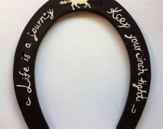 Hand-painted Horse shoes This is totally upside down but cute for DIY Horseshoe Projects, Horseshoe Crafts, Horseshoe Art, Horseshoe Ideas, Horseshoe Wreath, Lucky Horseshoe, Western Crafts, Western Decor, Western Wreaths