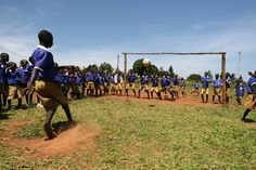 Dopo pranzo i bambini si radunano nel campo da calcio e si allenano a tirare i rigori. 12 bambini ciechi e ipovedenti frequentano la scuola inclusiva di Kamurasi che Sightsavers sostiene in Uganda.
