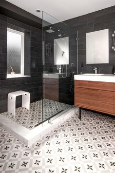 A new interior design collection of 25 Terrific Transitional Bathroom Designs That Can Fit In Any Home with lots of ideas and inspiraiton. Black White Bathrooms, White Bathroom Tiles, Bathroom Tile Designs, Bathroom Floor Tiles, Bathroom Interior Design, Tile Floor, Bathroom Colors, Shower Floor, Bathroom Rugs