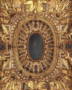 Quand être tête en lair devient un atout ! Un plafond du Musée du Louvre #revoirpariscityguide . The good plan is to visit the Louvre in nocturne the Wednesday and Friday from 19am until 21h45 #ceiling #museedulouvre #paris1 #gold #bonplan