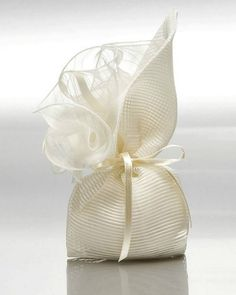 Sweet & old fashion. Wedding Favors And Gifts, Homemade Wedding Favors, Wedding Favor Bags, Wedding Candy, Creative Gift Wrapping, Creative Gifts, Chocolate Wrapping, Lavender Bags, Fabric Gift Bags