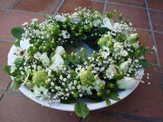 Voorjaarskrans met verse bloemen