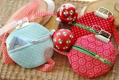 Gerade zu Weihnachten dreht sich vieles um Geschenke. Und damit auch immer wieder um die richtige Verpackung. Gerade bei Geldgeschenken bin ich zwischendurch immer wieder etwas ratlos, wie ich sie am ansprechendsten verpacken sollte. So bin ich auf diese hübschen Schlüsselanhängertäschchen im weihnachtlichen Christbaumkugeldesign gekommen. Sie sind ruck-zuck genäht und können auch ma ...