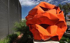 Cássio Lázaro: Esculturas gigantes desenhadas em chapas de aço ganham forma e leveza pelas mãos desse artista plástico mineiro.
