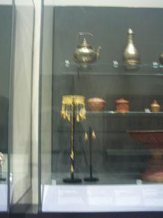 Principio del período: las joyas estaban influidas por los estilos griego y romano, con el tiempo, la influencia será de oriente próximo.  Los hombres y mujeres de alto rango utilizaban collares muy recargados.  .Pendientes, anillos y broches: Se fabricaban en oro, perlas y piedras preciosas (rubíes, esmeraldas, zafiros y diamantes).  .Esclava: (brazalete rígido sin cerrar) Se sitúa en Bizancio en el s.IX.*25*  Imagén:MÍA(V);Información:HISTORIA DE LA MODA, DESDE EGIPTO HASTA NUESTROS DÍAS