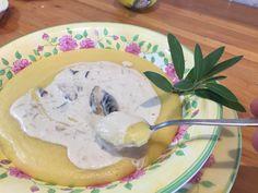 Polenta com Creme de Shitake!Etapa1- Creme de Shitake 1 colher de chá de manteiga 5 shitakes inteiros tamanho médio ou 10 a 12 fatias 2 colheres de sopa cheia de cebola picada 1 colher e meia de cafezinho rasa de sal 1 xícara de creme de leite fresco 6 colheres de sopa da água que hidratou o shitake Vai precisar de… Etapa – 2 Polenta 100g de farinha de milho 900ml de água 1 colher de cafezinho de sal 20g de manteiga segredosdatiaemilia.com.br
