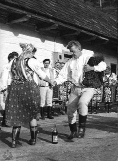 Vedecký archív ÚEt SAV, foto T. Folk Costume, Family History, Pagan, Folk Art, Celtic, Adventure, Retro, Couple Photos, Concert