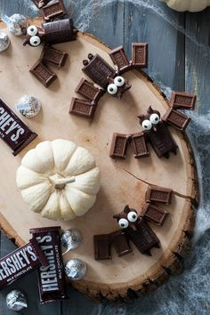 These little chocolate bats by Handmade Charlotte will satisfy all of our bat preferences. Simple and easy to do, they will be sure to be a great Halloween treat! Halloween Desserts, Halloween Bats, Halloween Food For Party, Holidays Halloween, Happy Halloween, Halloween Ideas, Halloween Dance, Halloween Chocolate, Halloween Night
