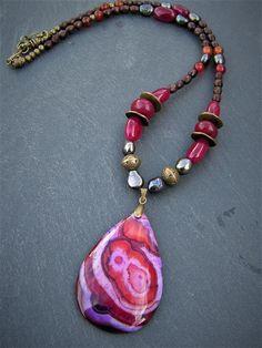 collier bohème agate violette , rouge et orange , perles racine de rubis , perles de culture akoya et bois pièce unique : Collier par lilicat