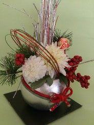 銀色の花器に赤い花、白い花。|ハンドメイド、手作り、手仕事品の通販・販売・購入ならCreema。