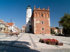 Sandomierz jest bez wątpienia jednym z najpiękniejszych miast w Polsce. Malowniczo położony na siedmiu wzgórzach nad Wisłą kusi licznymi atrakcjami. Tutejszy rynek uznawany jest za jeden z najpiękniejszych w kraju. XIV-wieczny ratusz z renesansową attyką otacza 30 zabytkowych kamienic. My Heritage, San Francisco Ferry, Poland, Louvre, Building, Places, Travel, Lugares, Viajes