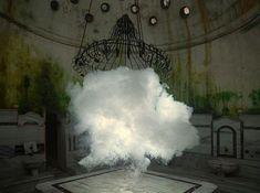 L'artiste hollandais Berndnaut Smilde crée dans des pièces intérieures des nuages éphémères qui semblent être figés dans l'espace. Les nuages sont fabriqués avec une machine à fumée et sont maintenus en place par un mur invisible de vapeur d'eau, il peut en créer des centaines avant d'en trouver un qui lui convient et de le …