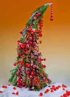 На Рождество принято держать двери открытыми, чтобы за щедро накрытым столом отпраздновать с друзьями этот замечательный праздник, поделиться радостью со всеми, как делится ею с нами эта яркая рождественская композиция.