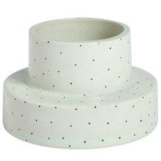 Passez détente à la maison avec ces chandeliers de OYOY! Ce chandelier est fait à la main en blanc avec des taches noires. Il est agréable de faire une comb