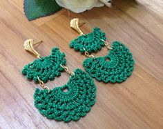 Brinco de Crochê Gabrielle ver REF: 0013 Crochet Earrings Pattern, Crochet Jewelry Patterns, Crochet Buttons, Crochet Bracelet, Crochet Accessories, Crochet Motif, Diy Crochet, Crochet Designs, Crochet Crafts