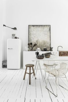 Everyday we share our stories and passions for home design and great architecture. Loft Kitchen, Kitchen Interior, Minimalist Interior, Home Living, Side Chairs, Interior Inspiration, Home Kitchens, Interior Architecture, Kitchen Remodel