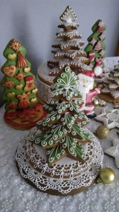 35 Unique and Interesting Gingerbread House DIY,diy food,cookies,gingerbread cookies,gingerbread house Fruit Christmas Tree, Christmas Sugar Cookies, Christmas Sweets, Christmas Goodies, Christmas Baking, Gingerbread Cookies, Christmas Crafts, Xmas Food, Holiday Baking