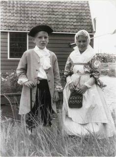 Zaandam Zaanse klederdracht op de Zaanse Schans tijdens de herdenking van het 40-jarig bestaan van Vereniging de Zaanse Molen. 1965 Zaans Archief #NoordHolland #Zaanstreek