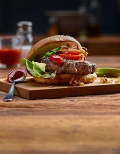 Pour de bons hamburgers, il faut avant tout une bonne viande! Il suffit alors d'un peu de sel et de poivre pour assaisonner le tout. Demande à ton boucher quels morceaux conviennent le mieux pour des hamburgers juteux et savoureux. Hamburgers, Valeur Nutritive, Nutrition, Eat Smart, C'est Bon, Sandwiches, Chicken, Ethnic Recipes, Food
