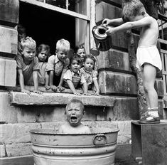 Black and White Vintage Photography: Take Photos Like A Pro With These Easy Tips – Black and White Photography Bath Pictures, Time Pictures, Funny Pictures For Kids, Funny Kids, Funny Photos, Children Pictures, Black And White Face, Black And White People, Time Photography