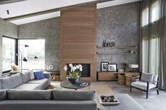 Obývacímu pokoji dominuje dřevem obložená krbová vložka. Na sedací soupravu s hloubkou 120 cm se pohodlně usadí i početná návštěva.