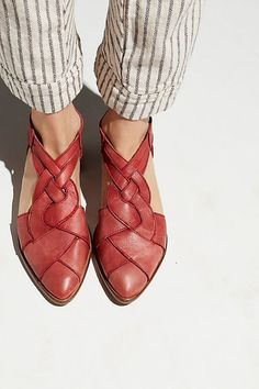 Wanderlust Flat - o u t f i t - Zapatos Ideas Cute Shoes, Me Too Shoes, Daily Shoes, Slingback Chanel, Shoe Boots, Shoes Heels, Flat Shoes, Red Shoes, Sock Shoes