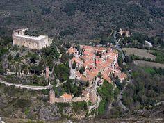 Vila e Castelo medievais de Castelnou, podendo-se ver ainda ao longe a Igreja de Santa Maria do Mercado, no departamento de Pirineus Orientais, na região de Languedoc-Roussillon, França.