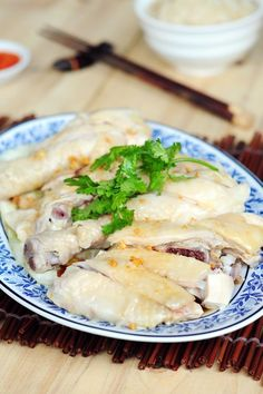 Chicken Rice - Dish found in Malaysia and Singapore, called Hainanese chicken rice. Easy and delicious chicken rice recipe. Hainanese Chicken Rice Recipe, Chicken Rice Recipes, Recipe Chicken, Hainanese Rice, Easy Delicious Recipes, Healthy Dinner Recipes, Cooking Recipes, Drink Recipes, Rasa Malaysia