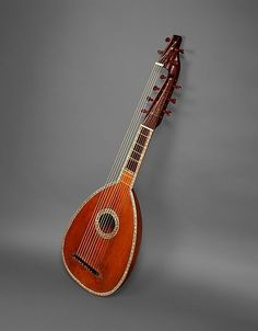 1782 French Arch cittern – note how this instrument has two frets with two sets of strings: seven treble strings and four bass strings.