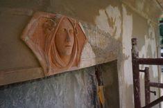 Štýlových, secesne upravených domov v Banskej Štiavnici nie je veľa. Pravdepodobne starší barokový dom premenila kvalitná secesná prestavba na prelome 19. a 20. storočia na komfortnú vilu s prezývkou Boženkin dom. Secesný staviteľ zvolil striedmy elegantný jazyk modernizácie a kvalitne spracované detaily. Ikonickým detailom výzdoby fasády je plastický portrét ženy s kvietkami vo vlasoch, ktorý dekoruje šambrány okenných prekladov. Možno pre tento detail dom získal prezývku Boženka… Painting, Art, Atelier, Art Background, Painting Art, Kunst, Paintings, Performing Arts, Painted Canvas