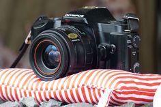 Sandgefüllte Beanbags für die Kamera war gestern. Federleichte Stativkissen sind heute. Die Kölner Firma Kissen Küsst Kamera fertigt die 20g leichten Teile nachhaltig, sozialverträglich und in Handarbeit an. camera verlost 5 x 1 Kissen in größe XL. Wie ihr da rankommt, erfahrt ihr hier.  http://camera-magazin.de/news/camera-verlosung-kissen-kuesst-kamera/
