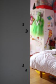 Porta scorrevole a filo muro esterno, disegnata da matcastudio e realizzata dal nostro artigiano di fiducia, in legno tamburato e laccato, con guida in plizene inserita in binario in legno. I buchi ad altezza adulto e ..ad altezza bambino permetteno di afferrare la porta e farla scorrere.