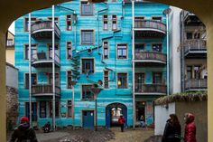 DRESDEN.- People stand in front of a special decorated house facade in Dresden, eastern Germany on January 7, 2013. 1997 the artist Viola Schoepe started the first special house facade design in Dresden, now the houses are a famous destination for tourists. AFP PHOTO / OLIVER KILLIG.