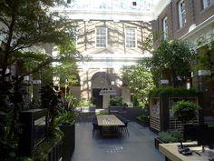Binnentuin in de bibliotheek in Schiedam, Haratharchitect