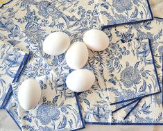 Beautiful Chinoiserie Easter Eggs are easy to make. A diy you dont have to be crafty to make. Classic blue and white colors we all love! Diy Easter Decorations, Easter Centerpiece, Thanksgiving Decorations, Easter Crafts For Kids, Bunny Crafts, Egg Decorating, Valentines Diy, Easter Baskets, Chinoiserie