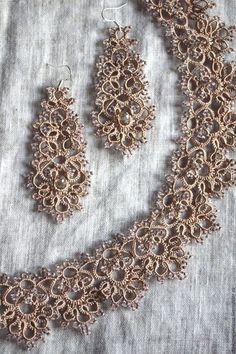 Купить или заказать Колье и серьги Розовая изморозь в интернет-магазине на Ярмарке Мастеров. Комплект выполнен в технике фриволите из искусственного шелка с использованием чешского бисера. Возможно выполнение только сережек или только ожерелья. В любом цвете. 'Тонкое ломкое кружево, сплетённое из иссохших нитей разнотравья, припудренное пылью изморози, с застывшими кристаллами розовой росы... - обесцвеченная нежность, извлечённая из скудной палитры ноября.