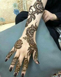 You've got an ocean of henna designs before you, and you can grab your most favorite one. Though it is a small body part, a henna on it looks simple yet elegant. Among all wrist tattoos, henna flower are believed to be the most well-known ones. Khafif Mehndi Design, Stylish Mehndi Designs, Mehndi Design Pictures, Beautiful Mehndi Design, Latest Mehndi Designs, Mehndi Designs For Hands, Henna Flower Designs, Arabic Henna Designs, Flower Henna