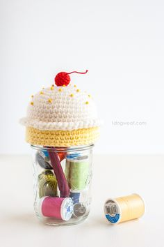 Top off a mason jar sewing kit with a cute crochet cupcake pincushion Free pattern Crochet Pincushion, Crochet Cupcake, Crochet Amigurumi, Crochet Home, Crochet Gifts, Cute Crochet, Crochet Owls, Crochet Animals, Crochet Jar Covers