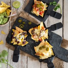 Turn your tortilla chips into real Mexican nachos: top with delicious toppings and bake with a lot of cheese in the pan under the raclette grill. More from my siteUnsere 6 beliebtesten Dip-Saucen zu Fondue Chinoise und Raclette – Foodie Meat Recipes, Crockpot Recipes, Dinner Recipes, Drink Recipes, Nachos Mexicanos, Mexican Nachos, Raclette Party, Raclette Ideas, Raclette Fondue