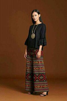 เสื้อผ้า Filipino Fashion, Thai Fashion, Womens Fashion, Batik Fashion, Hijab Fashion, Fashion Dresses, Casual Dresses, Kulot Batik, Batik Dress