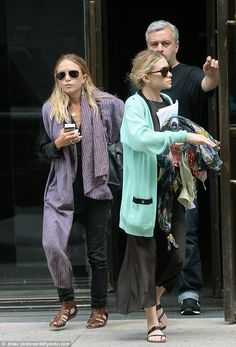 Mary-Kate & Ashley Olsen Get Together for a Lunch Date!: Photo Mary-Kate and Ashley Olsen step out together after grabbing some lunch on Monday (July in New York City. The fashion designer twins were joined… Ashley Mary Kate Olsen, Ashley Olsen Style, Olsen Twins Style, Elizabeth Olsen, Olsen Fashion, Olsen Sister, Old School Fashion, Comfortable Outfits, Going Out